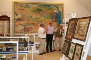 Museets formand Kaj G Nielsen (tv), borgmester Jørn Pedersen (mf) og bestyrelsesmedlem Peder Graasbøll (th)