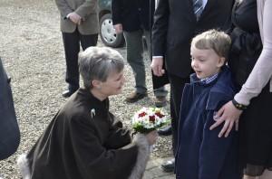 Daniel overrækker den rød-hvide blomsterbuket til Grevinde Sussie