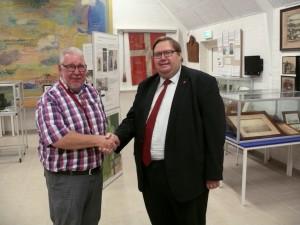 Viceborgmester Søren Rasmussen overrækker den glade nyhed til museets formand, Kaj G. Nielsen