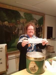 En glad Kirsten Jensen har udtrukket 3 vindere i museets konkurrence