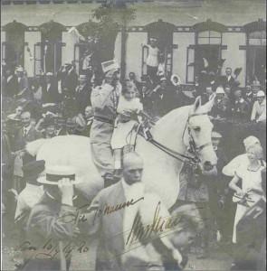 Kong Christian X rider med lille Johanne på den hvide hest forbi gendarmboligerne et par hundrede meter syd for Genforenings- og Grænsemuseet